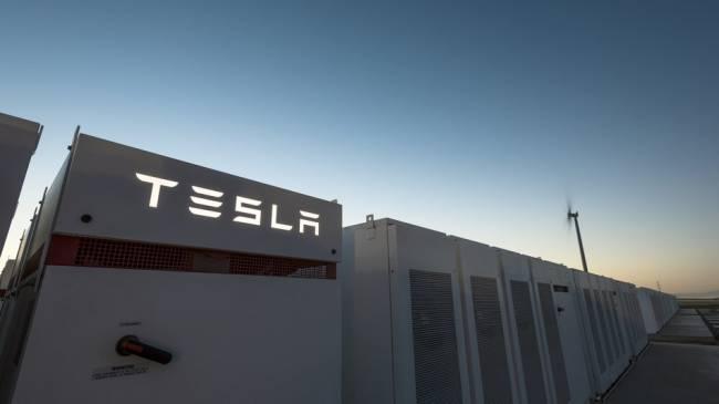 Tesla dünyanın en büyük lityum iyon pilini çalıştırdı